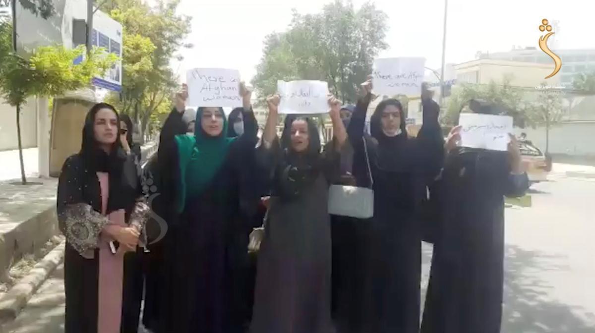 Un grupo de mujeres protestando por sus derechos en Kabul.