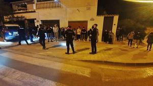 Agentes de la Policia Nacionalidentifican a los jóvenes reunidos en la Serra Grossa de Alicante.