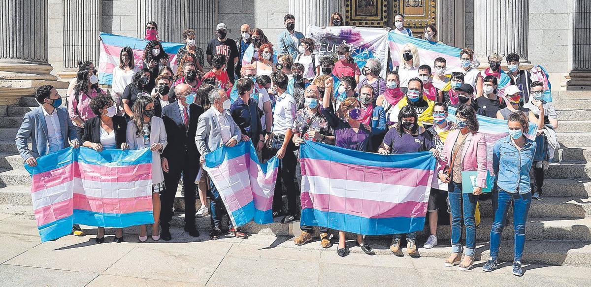 Activistas trans protestan a favor de la ley trans a las puertas del Congreso de los Diputados, el pasado 19 de mayo.