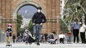 Niños paseando con sus padres por el centro de Barcelona, el 27 de abril.