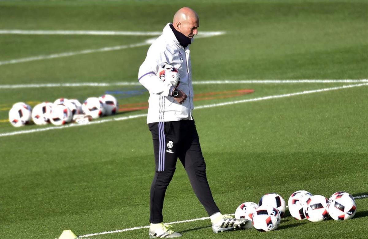 Zinedine Zidane, durante el entrenamiento de este martes en la ciudad deportiva de Valdebebas.