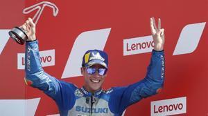 El mallorquín Joan Mir (Suzuki), tercero en el podio de Misano, tras derrotar a Valentino Rossi.