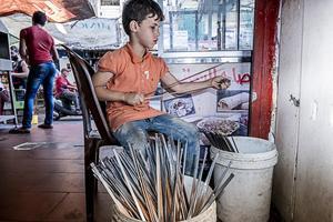Mrad, de 9 años, trabaja en una parada de kebabs en un mercado en Beirut