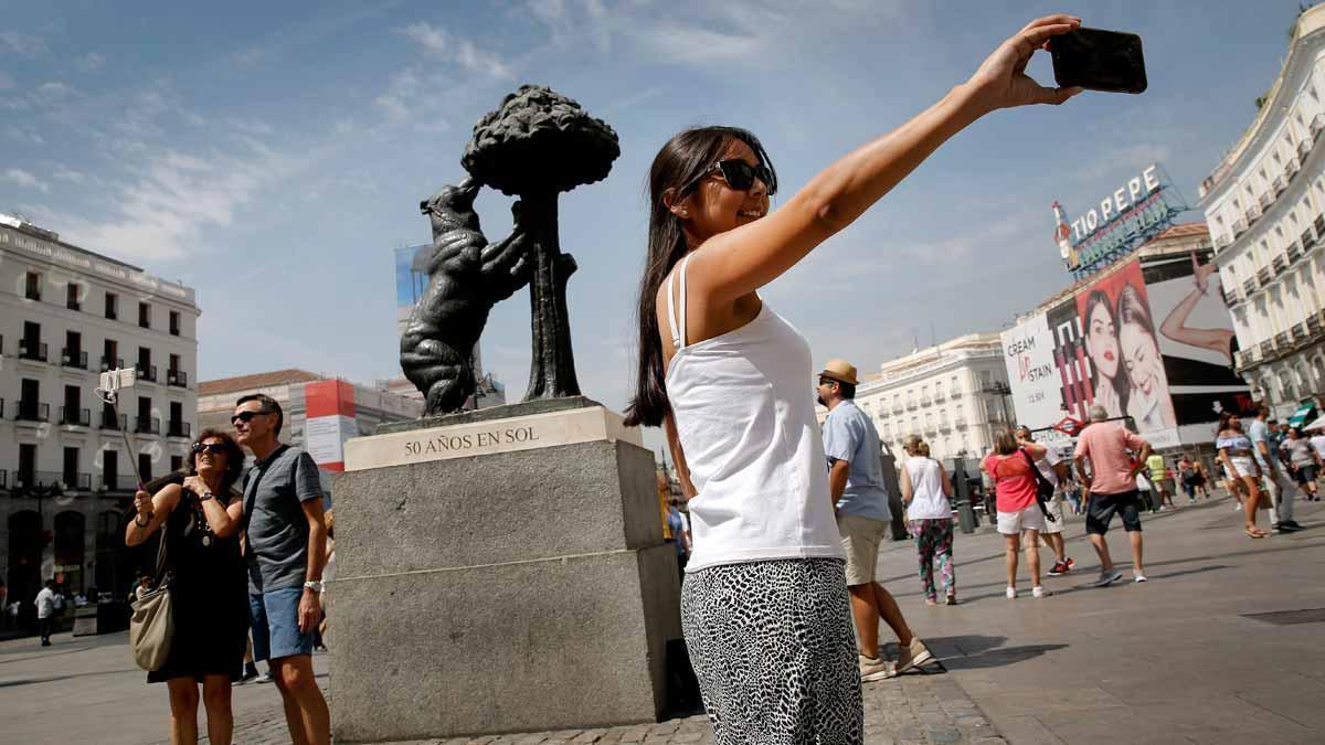 Madrid restringe los pisos turísticos. En la foto, unos turistas en la Puerta del Sol.