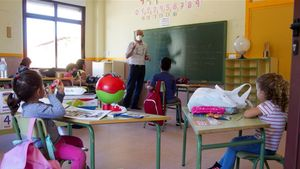 Un maestro da clase en una escuela.