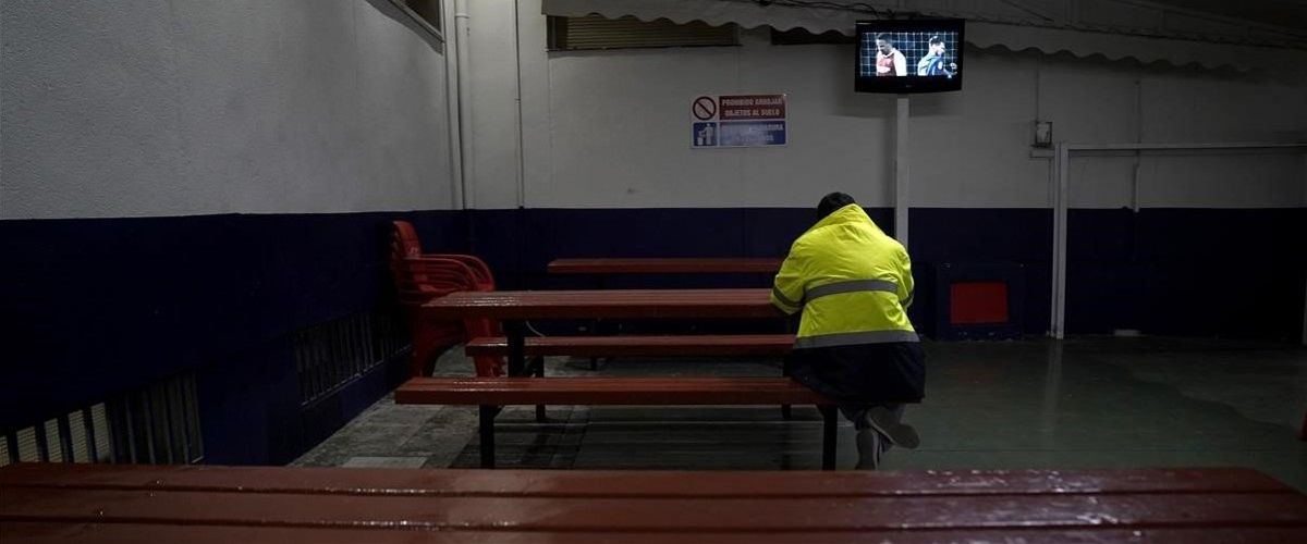 Un camionero cena en el área de servicio de Alfajarín (Zaragoza).
