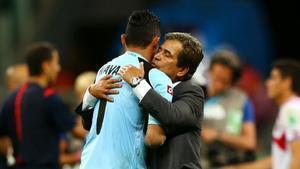 Los protagonistas del juicio, Navas y Pinto, se funden en un abrazo durante el Mundial de Brasil.
