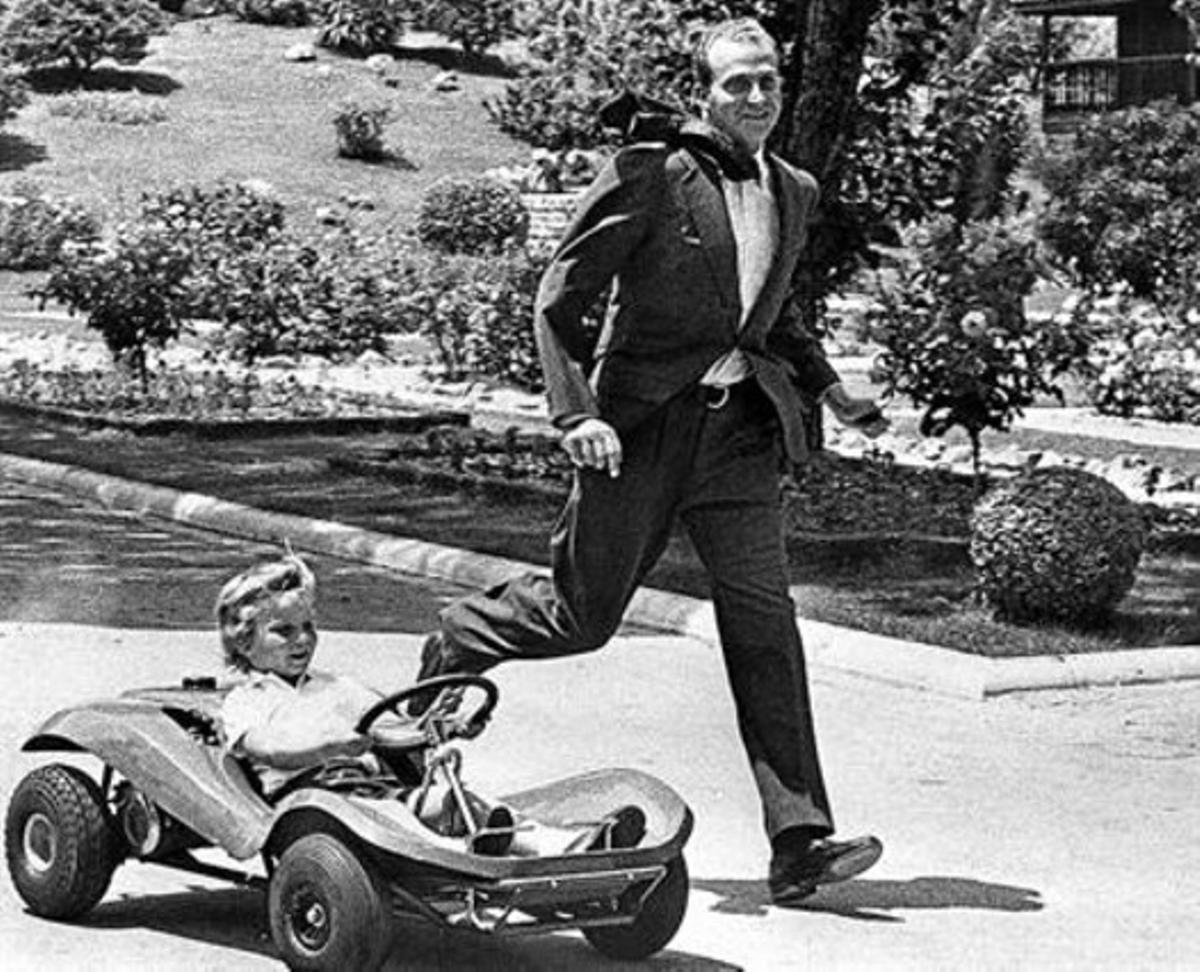 El Rey juega con su hijo en los jardines de su residencia oficial, en octubre de 1975.