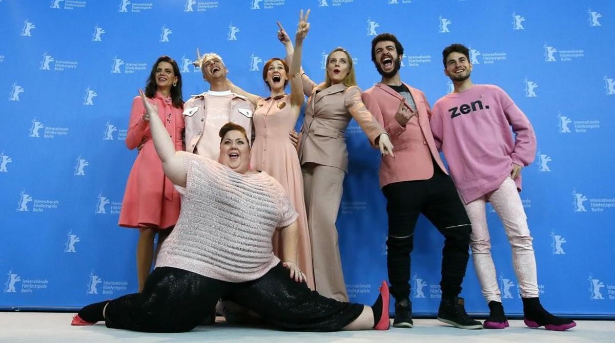 El director de 'Pieles', Eduardo Casanova posa con parte del equipo de la película entre ellos las actricesMacarena Gomez está a su izquierda, Itziar Castro, en el centro,yAna Polvorosa a su derecha.