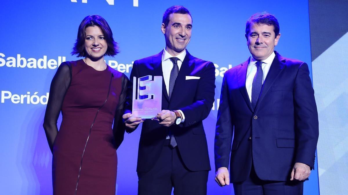 Miguel Vicente (centro), de Barcelona Tech City, recibe el premio Digitaliza de manos de Sandra Sancho y Agustín Cordón.