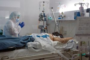 Un paciente con covid-19 es atendido en la unidad de cuidados intensivos montada temporalmente para atender a los enfermos de coronavirus en el hospital Germans Trias i Pujol de Badalona (Barcelona), el pasado 8 de abril.