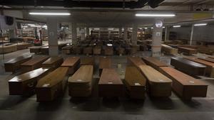 Tristeza. El 16 de abril desciendo la rampa del garaje y aparecen más de 500 ataúdes con nombres y apellidos escritos a mano sobre cada uno de los féretros que se almacenaban en una improvisada morgue, en el aparcamiento del cementerio de Collserola, que ilustraban las cifras anónimas de los fallecidos diarios.