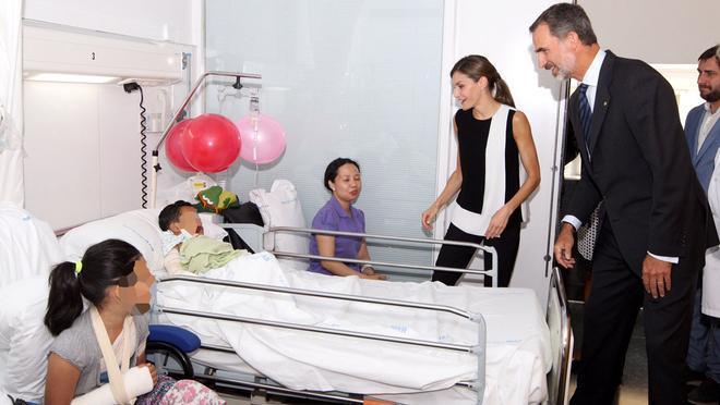 Felipe VI y Letizia han estado en el Hospital del Mar y en el de Sant Pau.