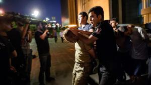 La policía turca traslada al juzgado de Estambul a soldados turcos acusados de formar parte del golpe de estado, en julio del 2016.