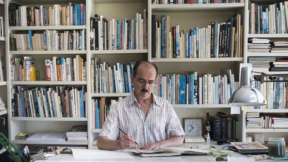 Daniel Torres, en el estudio de su casa en el Poblenou.
