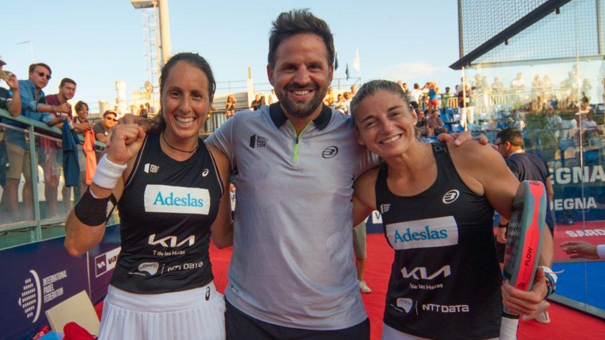 Gemma Triay y Alejandra Salazar celebran su triunfo en Cerdeña junto a su entrenador Rodrigo Ovide.