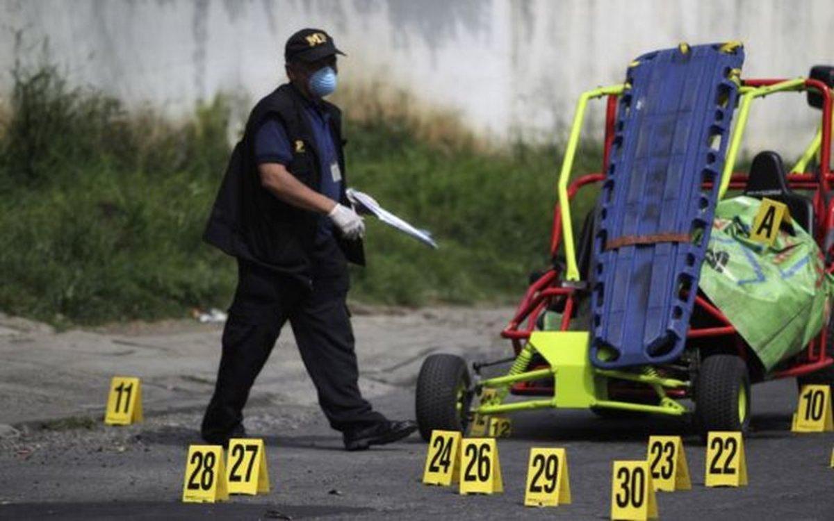 La Policía de Guatemala investiga en el lugar de un tiroteo.