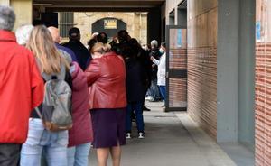 Colas para vacunarse en la Facultad de Geografía e Historia de la UB en Barcelona.
