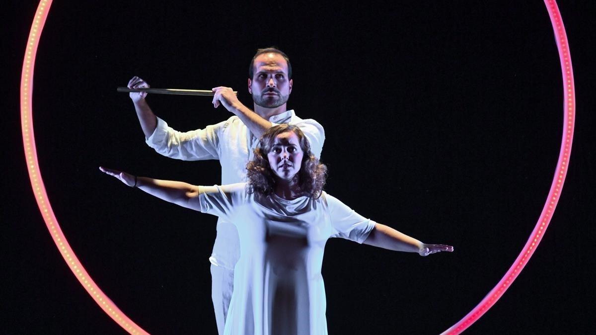 Marc Sala (Tamino) y Mercdes Gancedo (Pamina) en un momento de 'La flauta mágica', de Mozart que se estrena este miércoles en el Teatre La Farándula de Sabadell.
