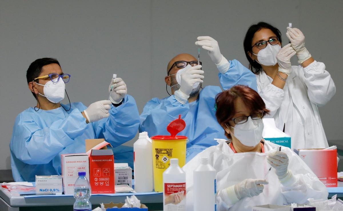 Sanitarios preparan dosis de Pfizer-Biontech en una jornada de vacunación contra el covid en Napoles.