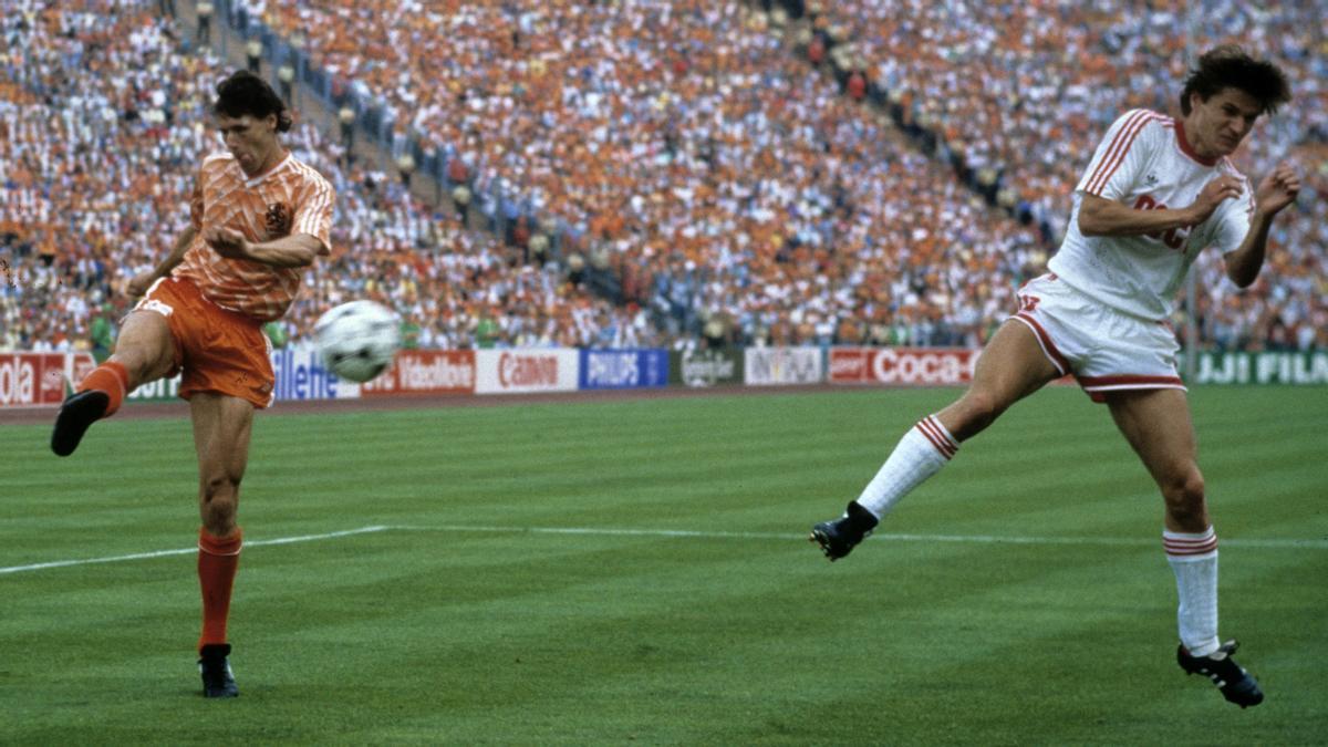 Marco van Basten conecta ante Litovchenko la volea que acabó en uno de los mejores goles de la historia de la Eurocopa.