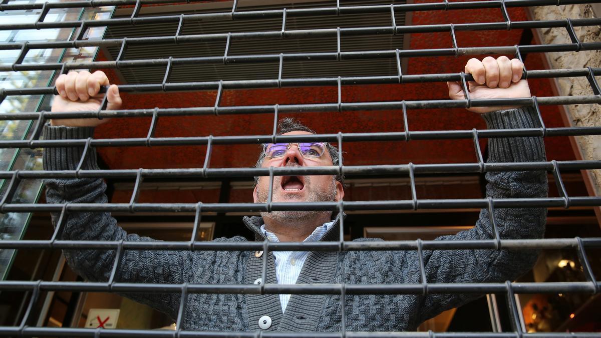 El chef Albert Raurich pide a gritos que le dejen abrir su restaurante Dos Palillos.