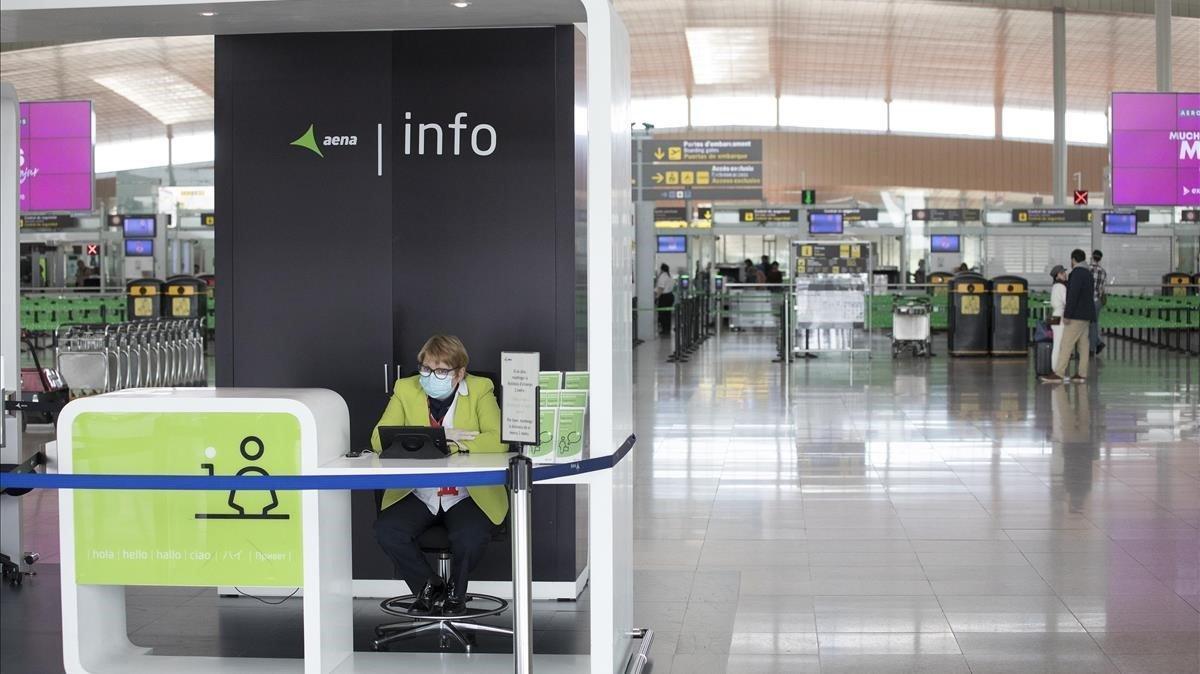 Punto de información de Aena en el aeropuerto de El Prat de Barcelona, este jueves.