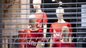 Una tienda del Portal de l'Àngel, de Barcelona, cerrada a consecuencia de las restricciones decretadas por la pandemia.