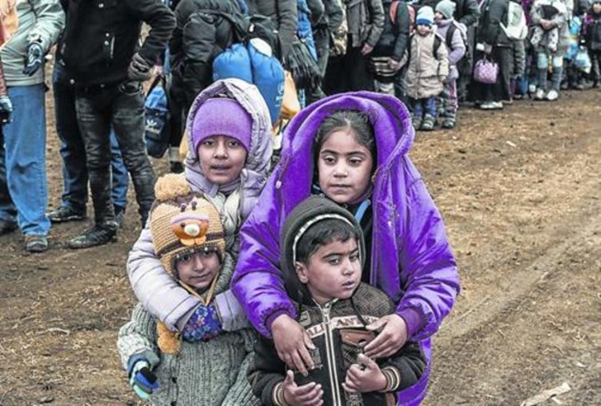 Un grupo de niños,  en la frontera de Macedonia con Serbia.