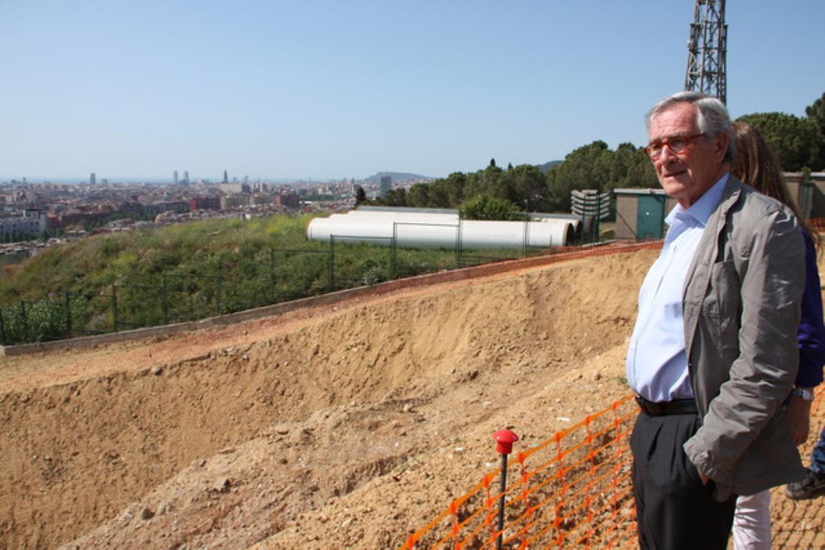 Xavier Trias, mirando las obras de recuperación del Pont dels Tres Ulls.
