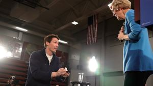 Un hombre irrumpe en el escenario durante el mitin de Elizabeth Warren, se arrodilla ante ella, le entrega un anillo y le pide que sea su candidata demócrata a la presidencia de EEUU.