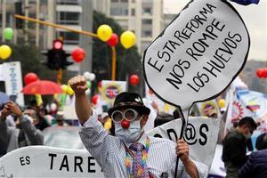 Un hombre marcha durante el paro nacional en Bogotá.