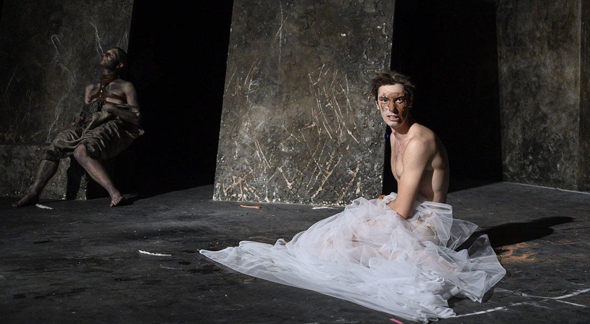 Un momento de 'La mort i la primavera', de Joan Ollé, en el Teatre Nacional de Catalunya.
