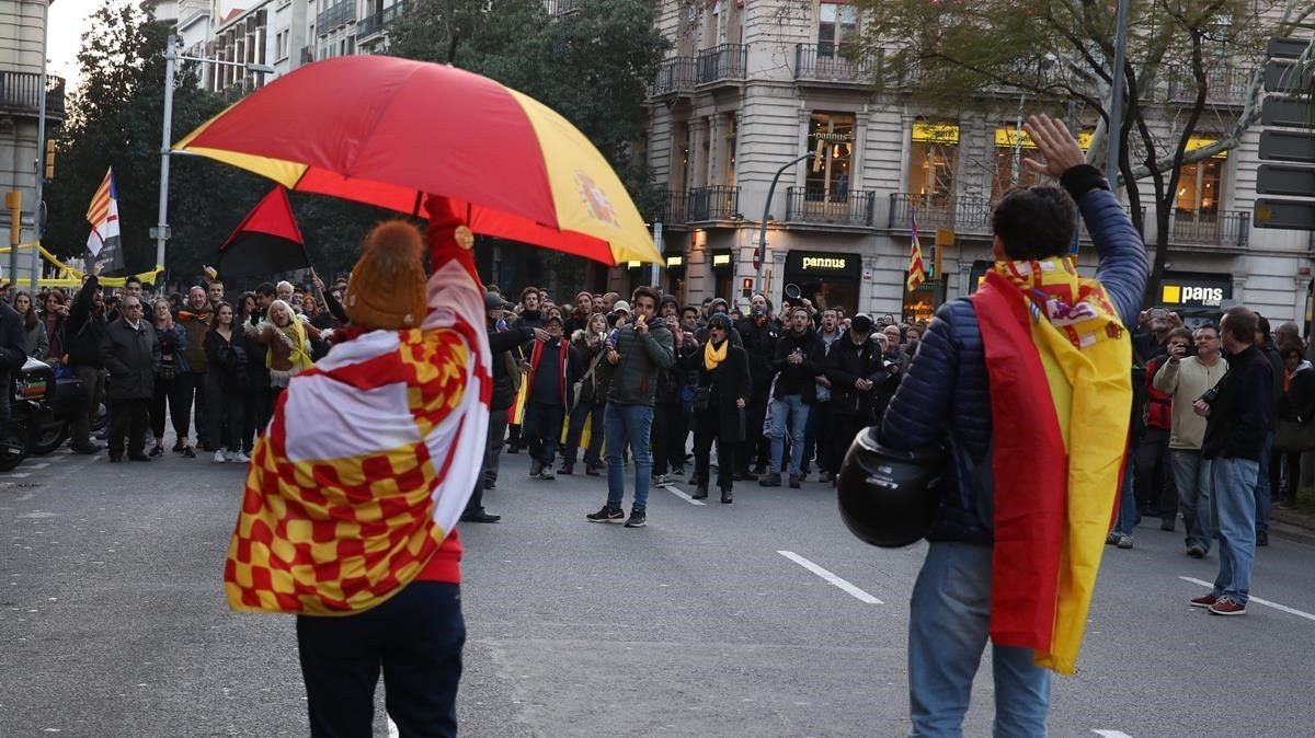 Dos manifestantes a favor de la unidad de España se encaran con concentrados que protestan por la visita del Rey, en la plaza de Urquinaona.