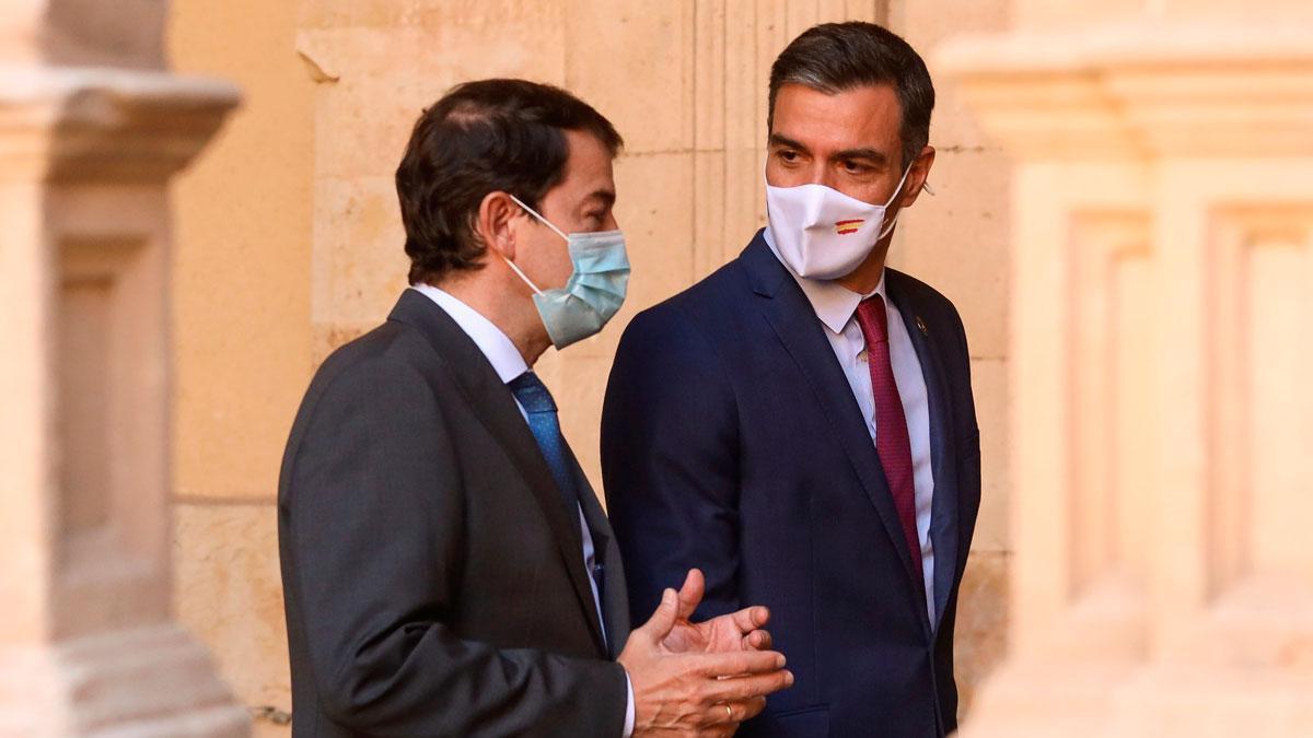 Sánchez anuncia la llegada de 3,4 millones de vacunas de Pfizer en agosto. En la foto, Alfonso Fernández Mañueco junto a Pedro Sánchez, en Salamanca.