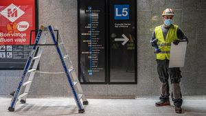 Un operario ultimando arreglos en la futura estación de Ernest Lluch, en marzo de 2021.