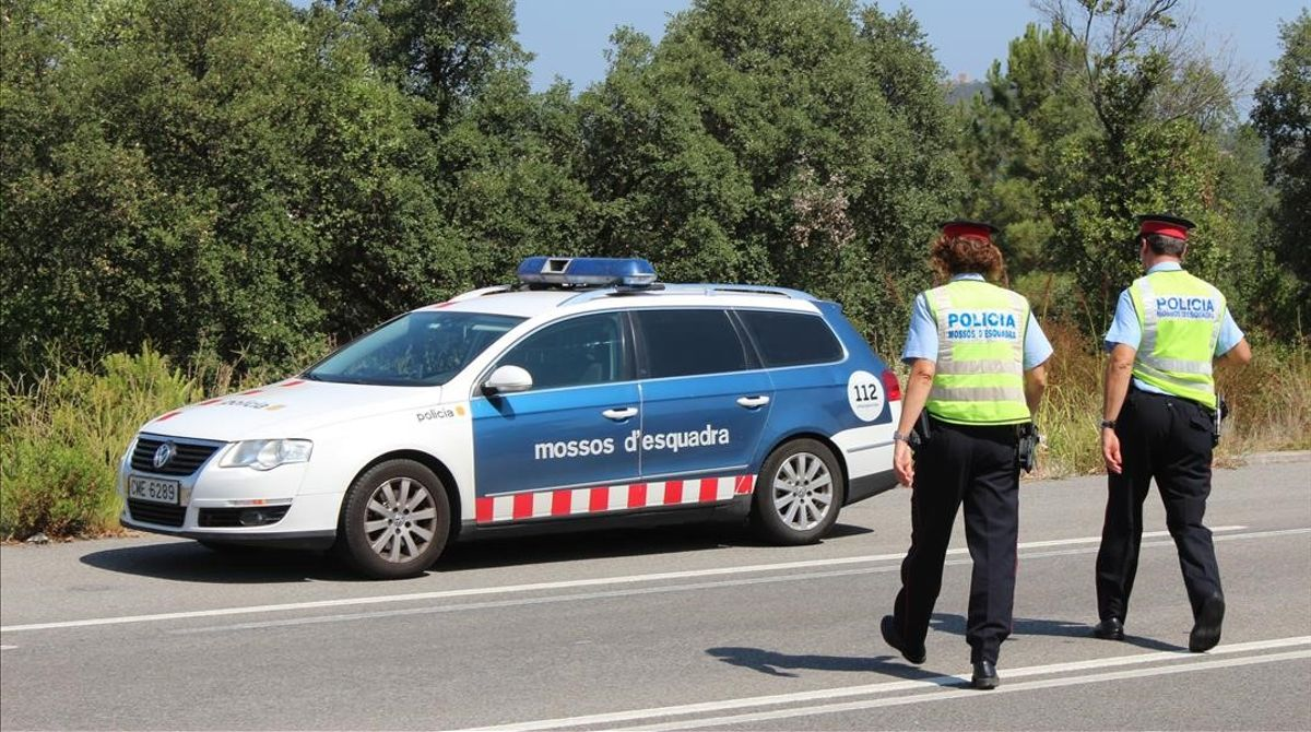 Un coche patrulla de los Mossos d'Esquadra en una carretera catalana.