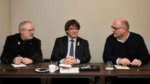 Carles Puigdemont, flanqueado por el 'exconseller' Lluís Puig y el diputado de JxCat Eduard Pujol, este miércoles en Bruselas.
