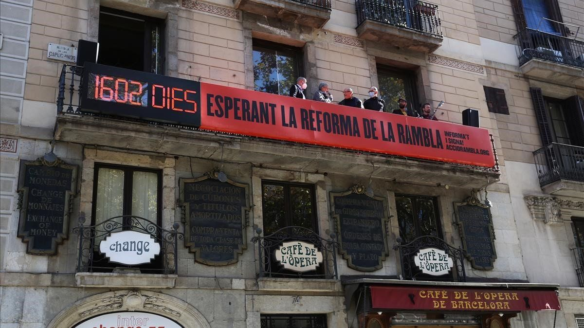 Marcador instalado por Amics de la Rambla para recordar los días que han pasado sin que empiece la reforma prevista en el paseo.