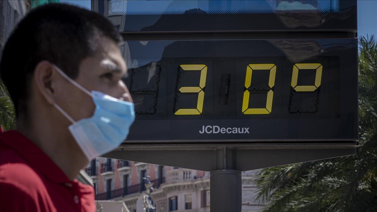 Un hombre pasea por València con los termómetros marcando los 30 grados de temperatura, hace unos días.