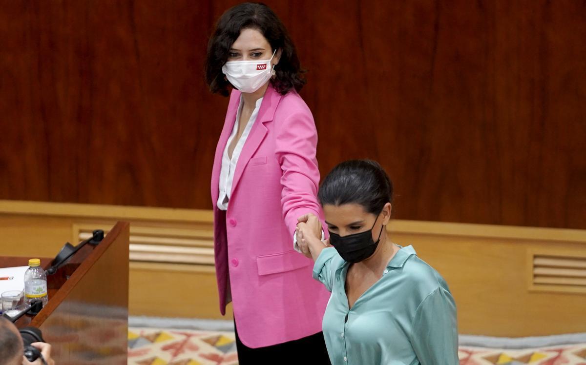 Monasterio felicita a Díaz Ayuso después de la votación.