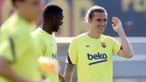 Dembélé y Griezmann bromean durante el entrenamiento de este sábado.