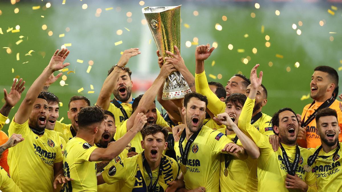 Los jugadores del Villarreal festejan el título alzando del trofeo de campeones de la Europa League.