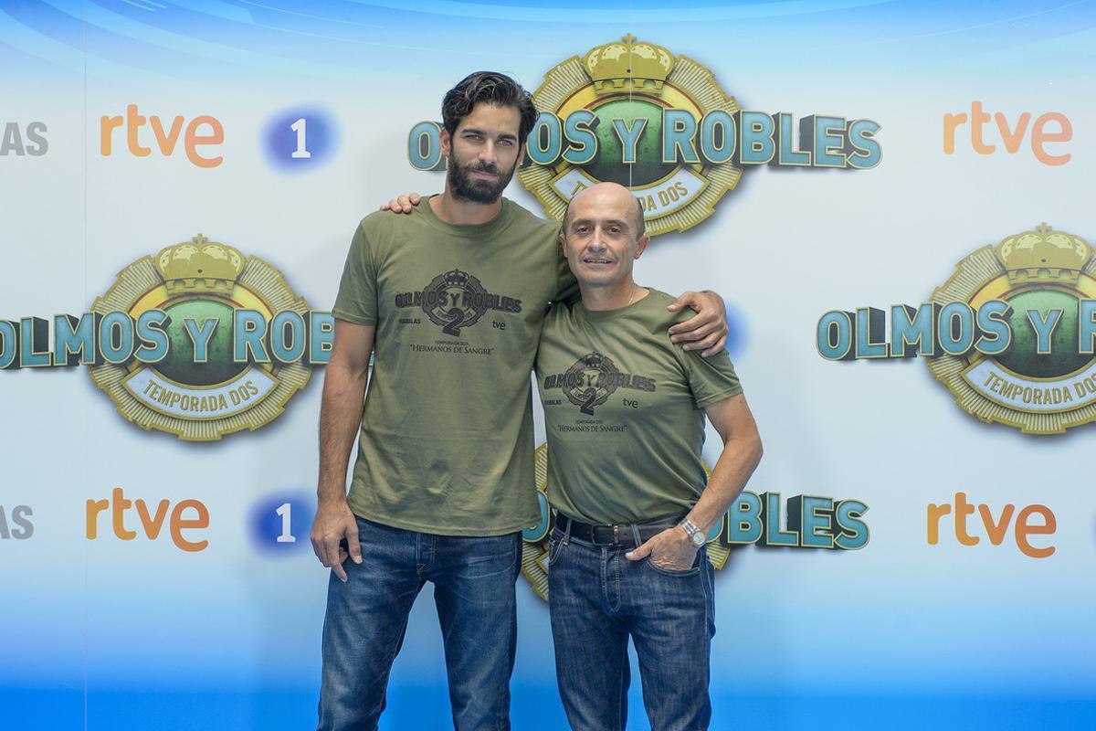 Rubén Cortada y Pepe Viyuela, en lapresentación en Vitoria de la segunda temporada de la serie de TVE 'Olmos y Robles'.