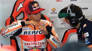 El campeón Marc Márquez (Honda) dialoga, hoy, con su ingeniero Santi Hernández, en Jerez.