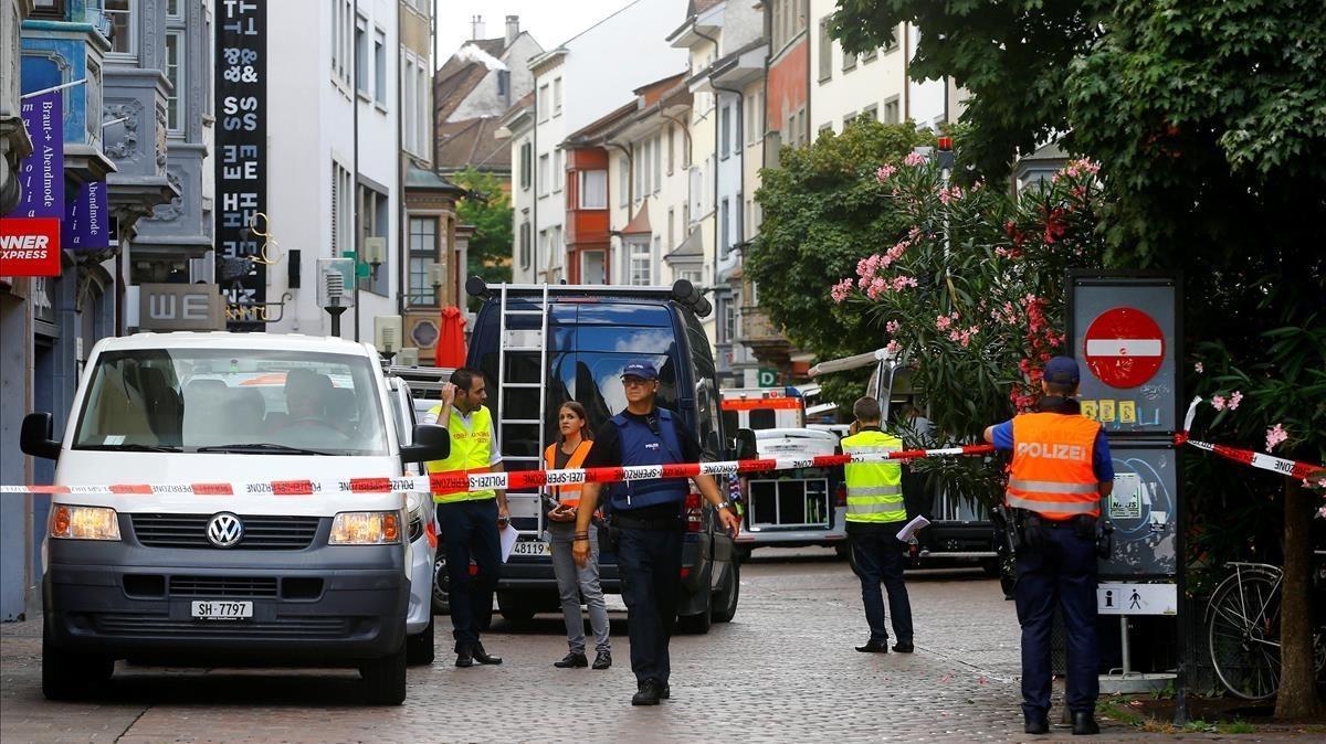Policías en el casco antiguo de Schaffhausen, donde un hombre con una motosierra ha herido a varias personas.