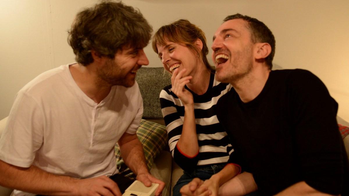 Una comedia sobre la relación entre tres hermanos.