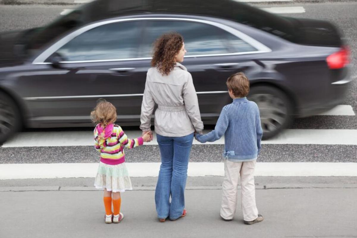 Humo de tabaco y contaminación de coches dañan la salud emocional de los niños
