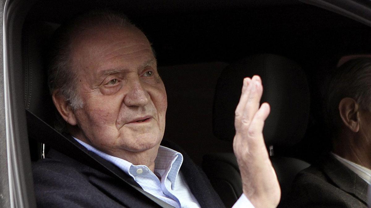 El rey Juan Carlos saluda a su salida de la clínica La Milagrosa, tras recibir el alta hospitalaria seis días después de su ingreso para ser operado de dos hernias discales, en marzo del 2013.