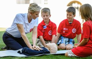 Charlène de Mónaco enseña primeros auxilios a un grupo de niños en la sede de las Naciones Unidas en Génova.